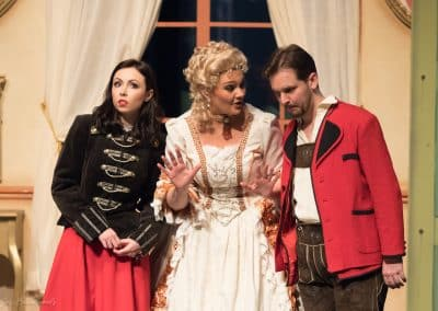 Foto Jos Echelpoels, Operette Der Vogelhändler, Vlaams Muziek Theater, rol: Christel Von Der Post. Met Nathalie Denyft en Geoffrey Degives