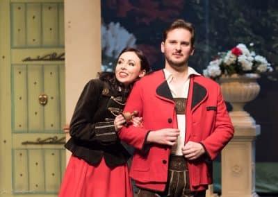 Foto Jos Echelpoels, Operette Der Vogelhändler, Vlaams Muziek Theater, rol: Christel Von Der Post. Met Geoffrey Degives